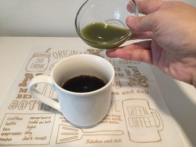 2コーヒーに青汁を加える