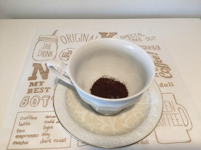 2カップにココアとコーヒーを入れる