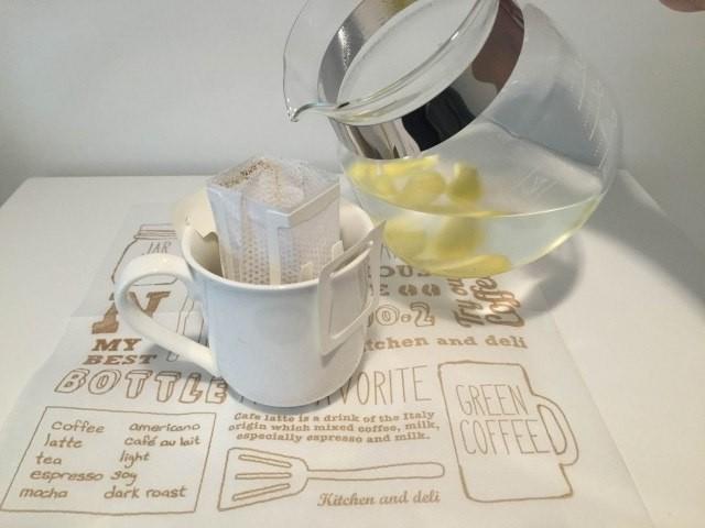 3カップにしょうが湯を注ぐ