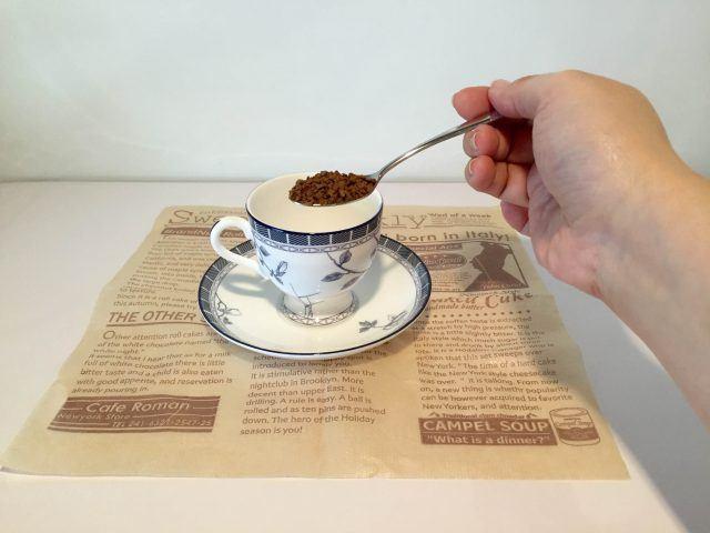 カップにインスタントコーヒーを入れる