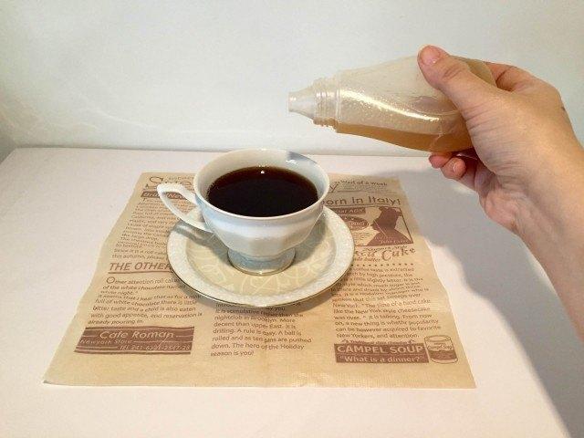 アサイーコーヒーラテコーヒーに蜂蜜を加える