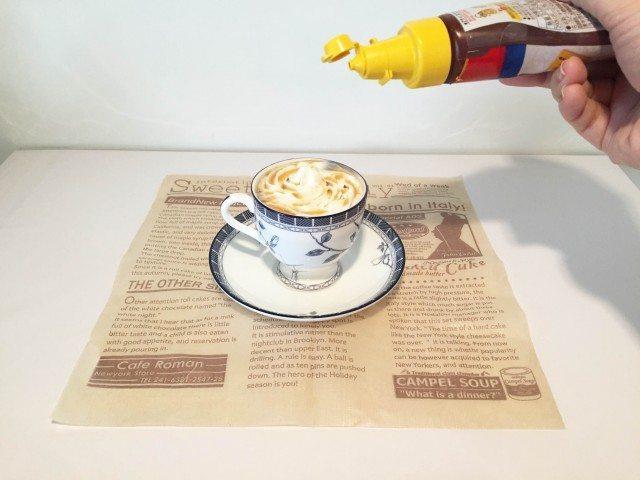 ココナッツミルクコーヒーホイップの上からキャラメルソースをかける