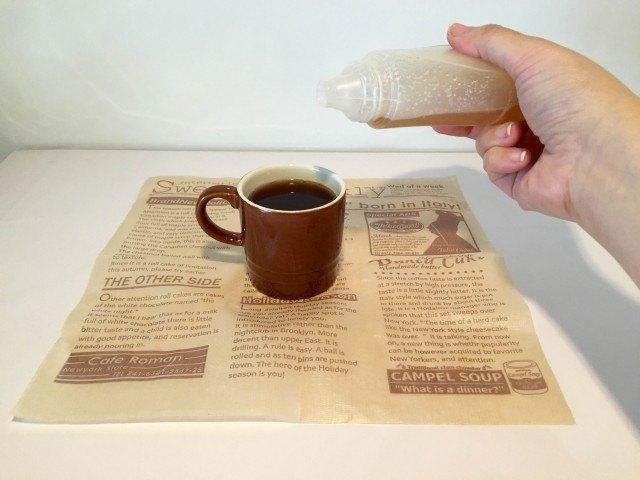 黒酢コーヒーカップにはちみつを入れる
