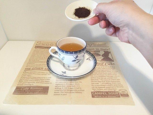 ほうじ茶にインスタントコーヒーを加える