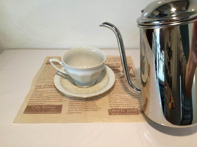 アサイーコーヒーラテカップに湯を注ぐ