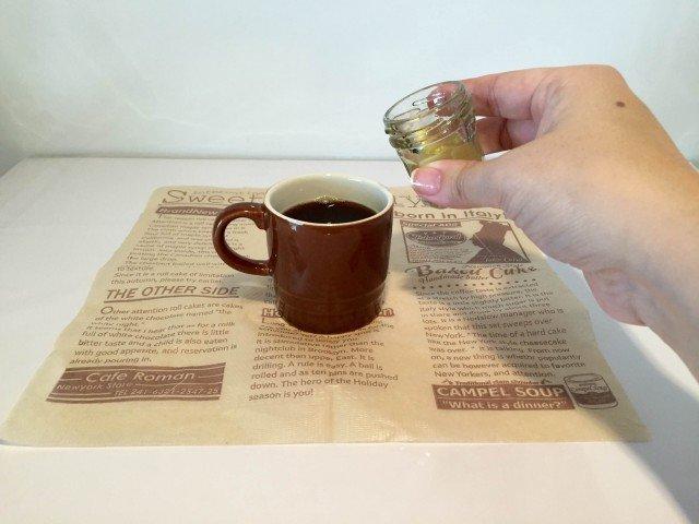 黒酢コーヒーカップに黒酢を入れる