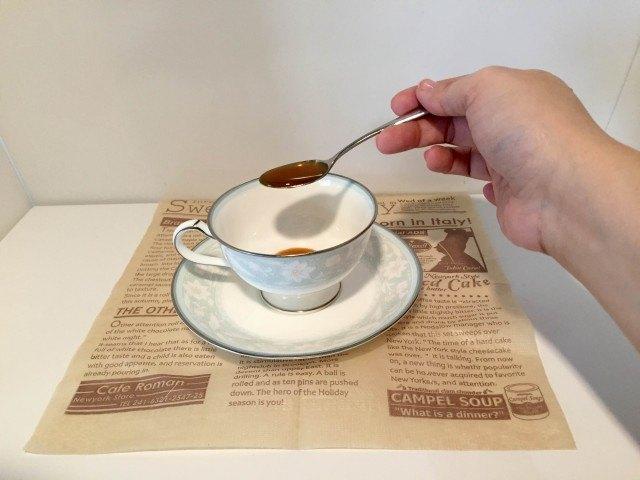 塩キャラメルラテカップにソースとインスタントコーヒーを入れる