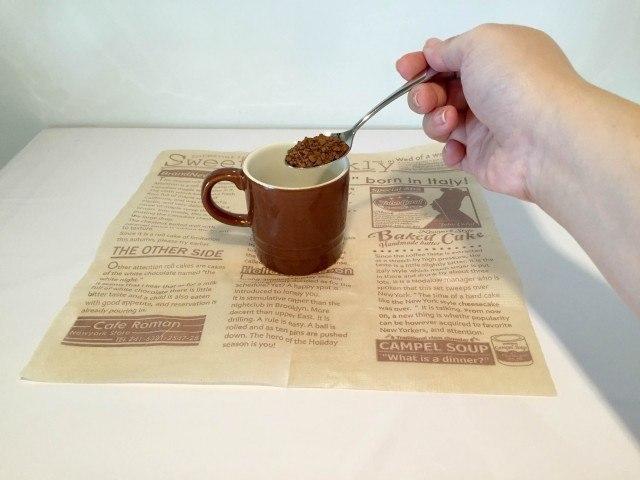 黒酢コーヒーカップにインスタントコーヒーを入れる