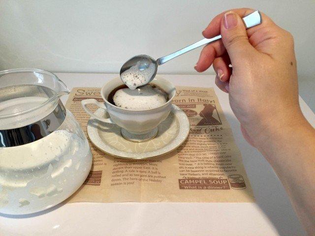 アサイーコーヒーラテフォームミルクをのせる