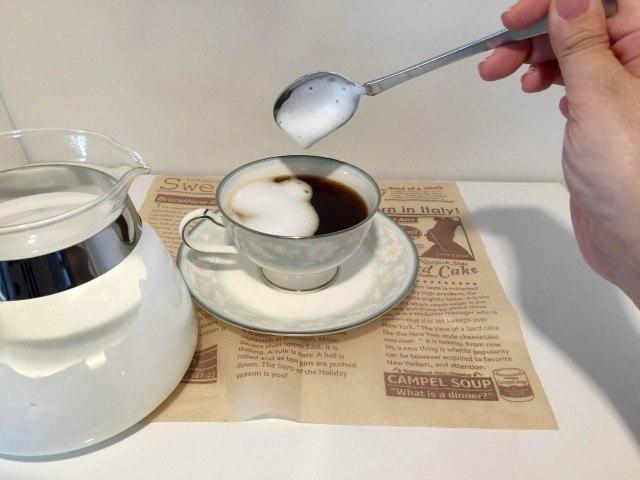 塩キャラメルラテコーヒーの上にミルクフォームをのせる