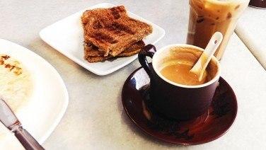 【世界のコーヒー】レンゲで飲むコーヒー味のミルクティー?