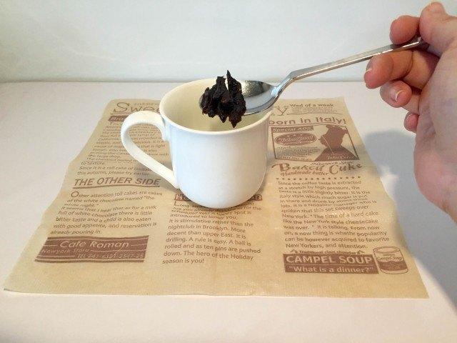 プルーンコーヒープルーンをカップに入れる