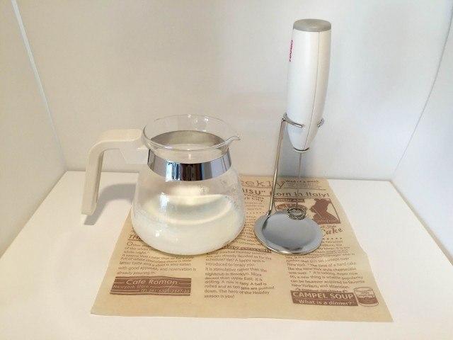 塩キャラメルラテ牛乳を用意し泡立てる