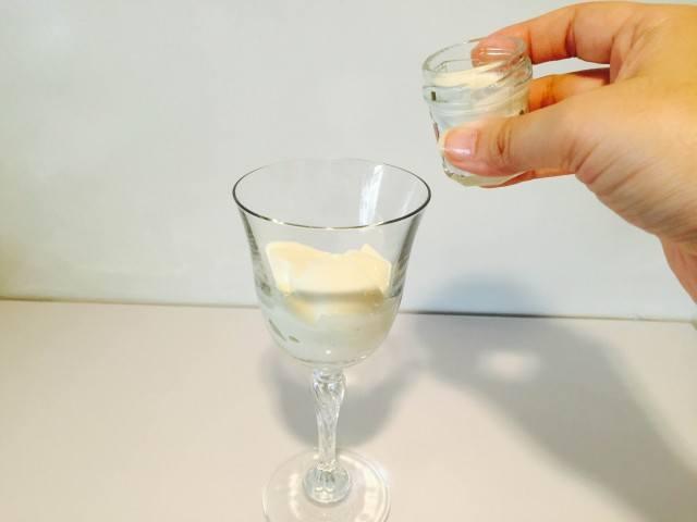 杏仁ミルクコーヒーミルクを入れる