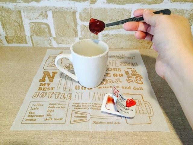 イチゴジャムコーヒーカップにイチゴジャムを入れる