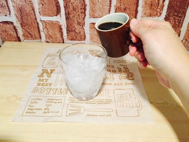 アイスレモネードコーヒーグラスにコーヒーを入れる
