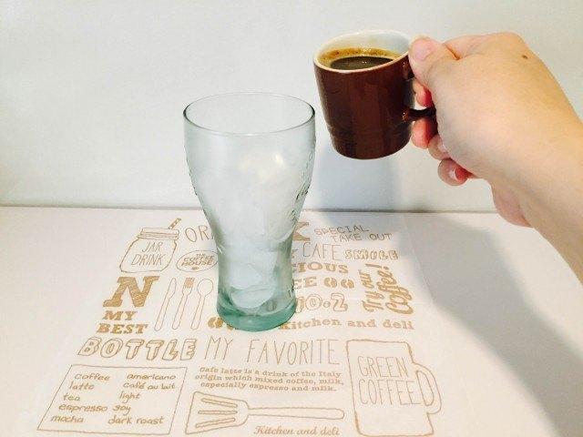 アイスコーヒーソーダコーヒーを注ぐ