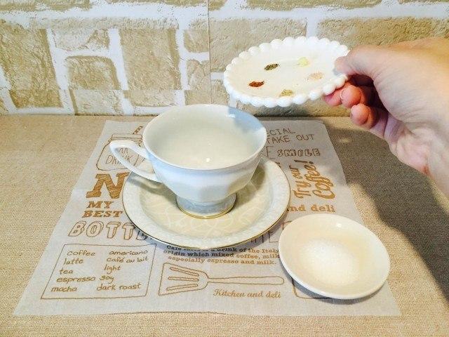 ナツメグコーヒーカップにスパイスを入れる