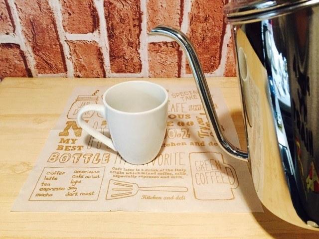 ラムネコーヒーカップに湯を注ぐ
