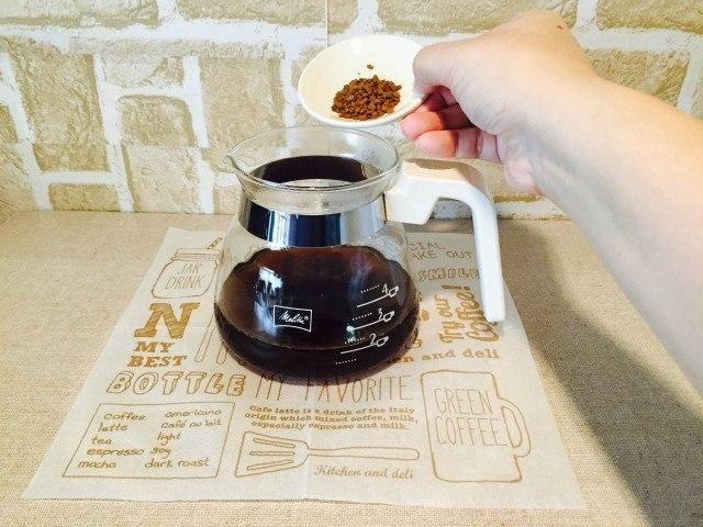 黒豆麦茶アイスコーヒー黒豆麦茶とコーヒーを入れる