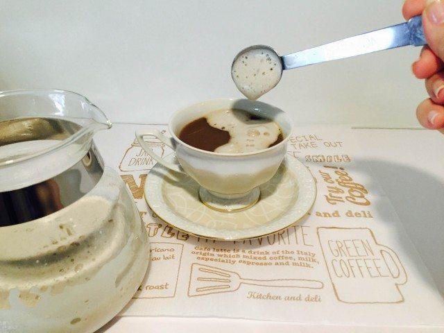 黒豆豆乳コーヒー黒豆豆乳コーヒーの上にミルクフォームをのせる