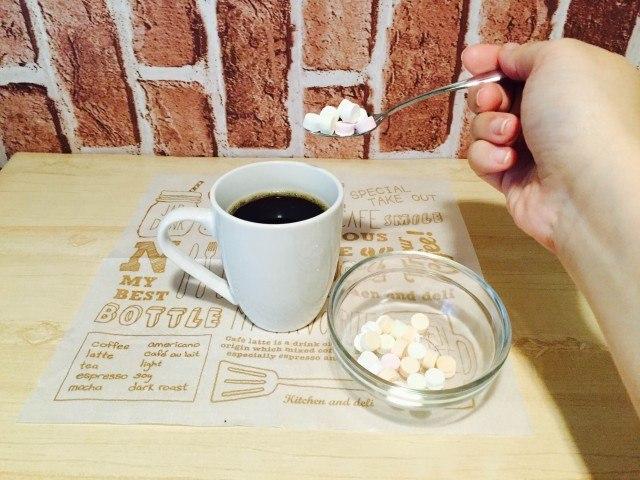ラムネコーヒーコーヒーにラムネを入れるJPG