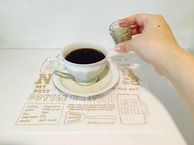 黒豆豆乳コーヒー黒豆豆乳を加える