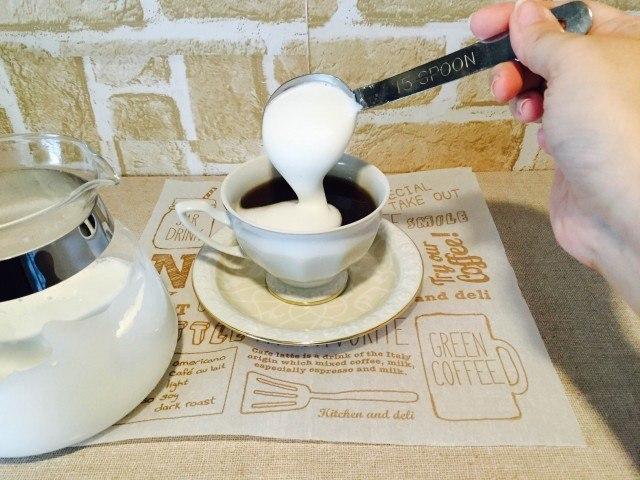 ナツメグコーヒーフォームミルクをのせる