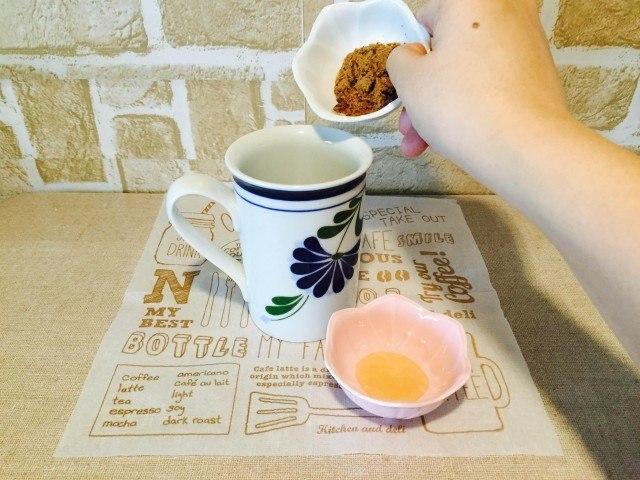蜂蜜黒糖コーヒーカップに黒糖を入れる