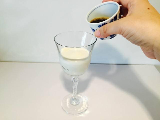 杏仁ミルクコーヒーコーヒーを入れる