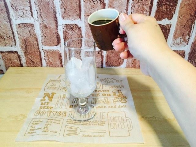 グレープフルーツアイスコーヒーコーヒーを入れる