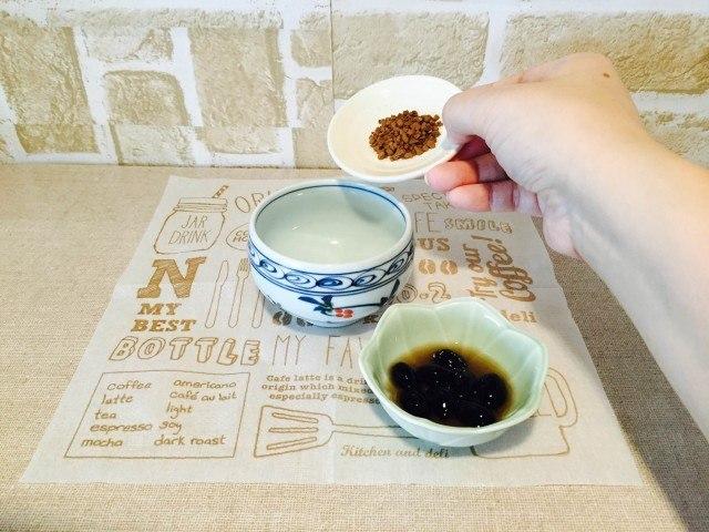 黒豆コーヒーカップにインスタントコーヒーを入れる