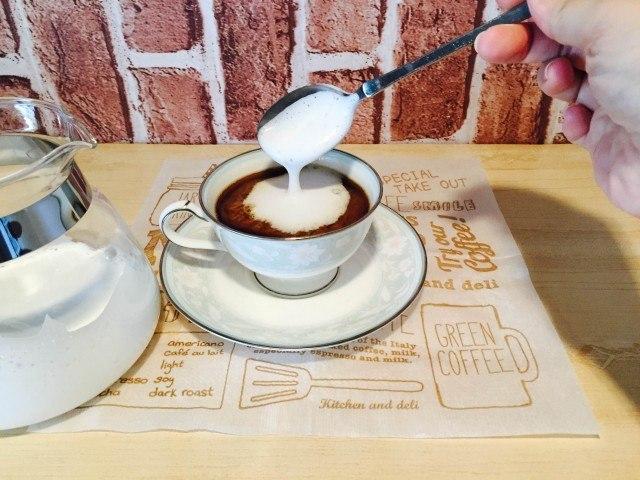 クッキーコーヒーミルクをのせる