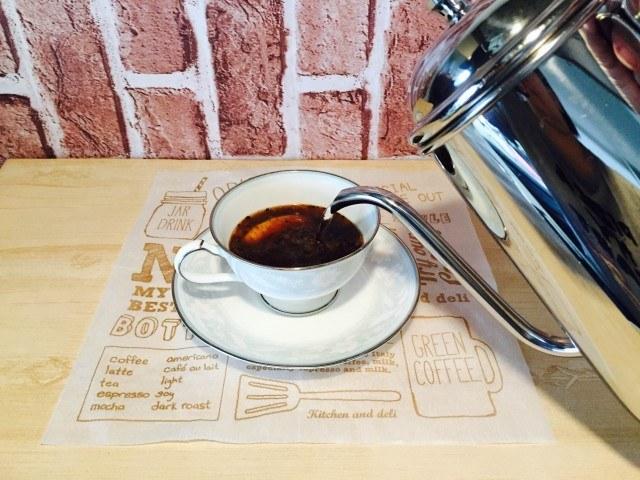 クッキーコーヒーカップに湯をそそぐ