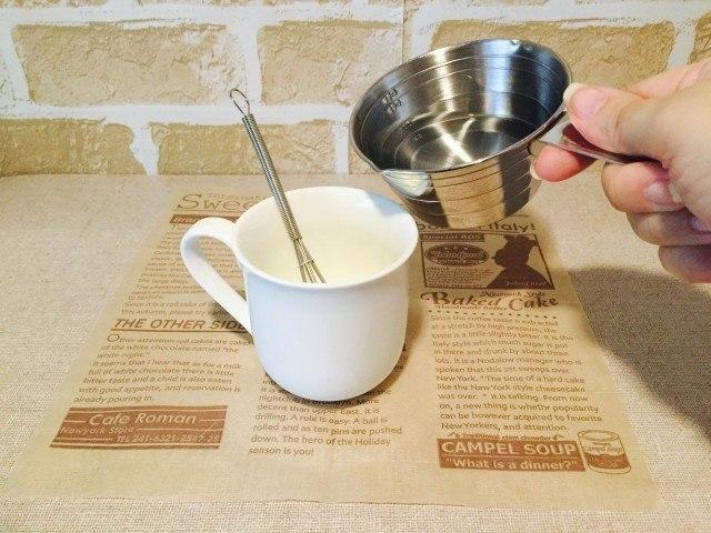 スキムミルクコーヒー_湯を加える