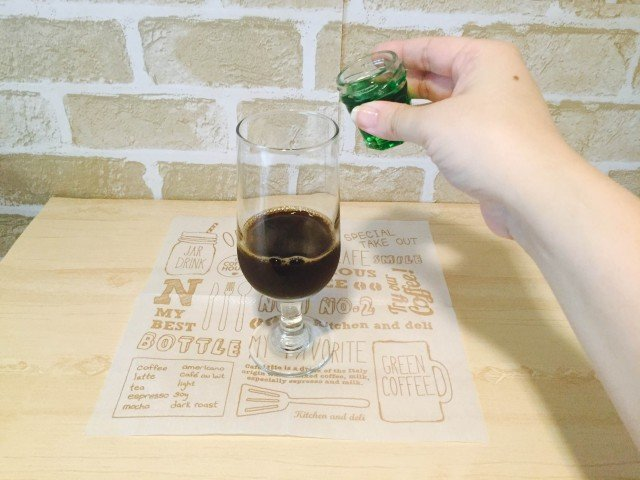 メロンソーダコーヒー_メロンシロップを加える