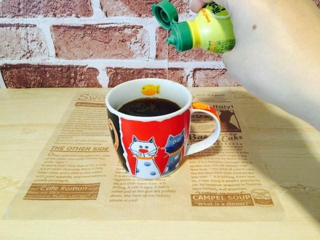 トマトコーヒー_レモン果汁を入れる
