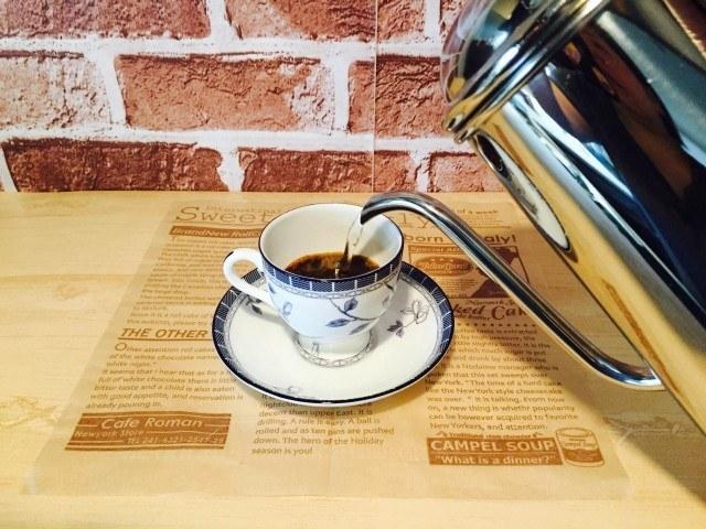 練乳黒糖コーヒー_湯を注ぐ