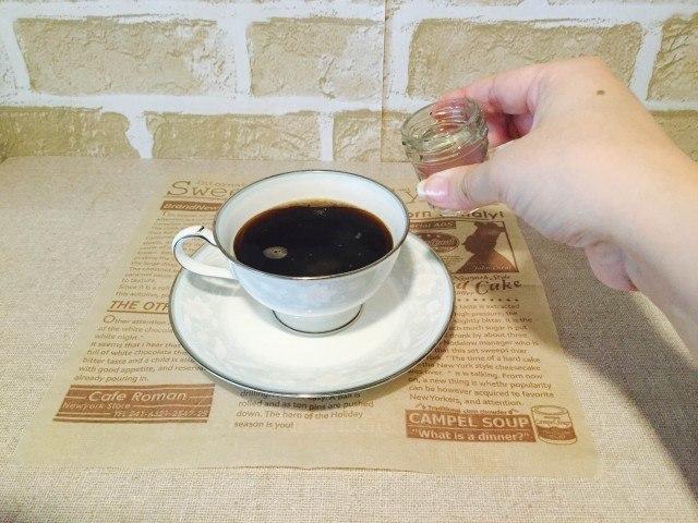 ピーチコーヒー_桃のシロップを入れる