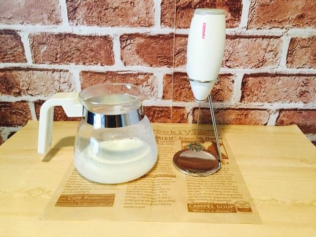 梨シロップコーヒー_ミルクとミルクフォーマー