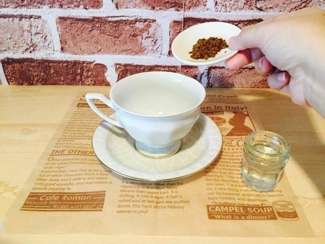 梨シロップコーヒー_インスタントコーヒーを入れる