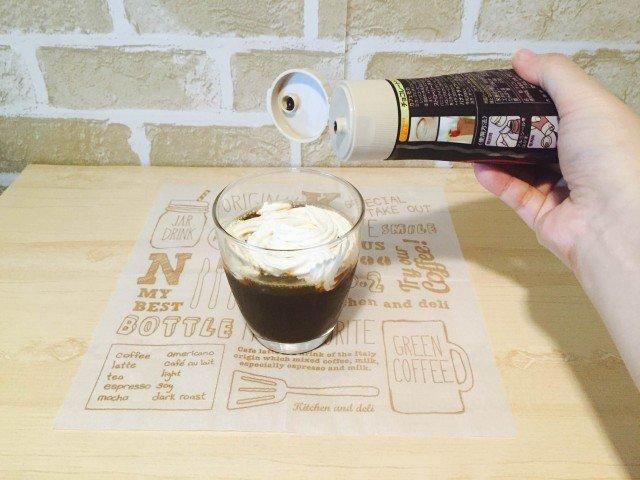 カルーアコーヒー_チョコシロップをかける