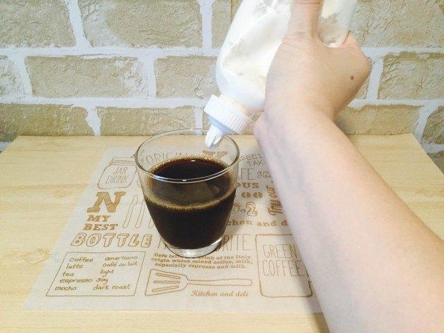 カルーアコーヒー_生クリームをしぼる