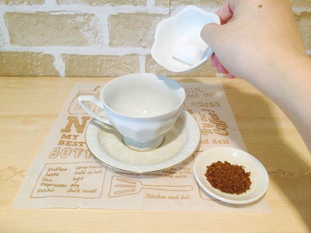 ブランデーコーヒー_砂糖とコーヒーを入れる