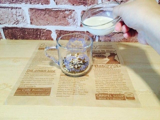 オートミールコーヒー_ミルクを入れる
