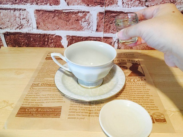 梨シロップコーヒー_梨シロップを入れる