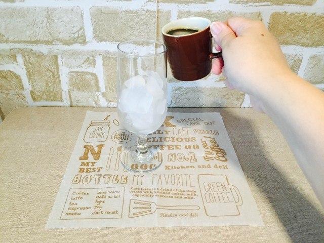 カルダモンアイスコーヒー_グラスにコーヒーを入れる
