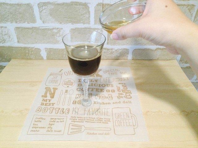 ウイスキーコーヒー_ウイスキーを加える