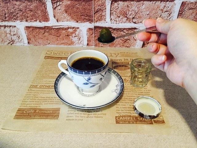 梅酒コーヒー_梅を入れるJPG