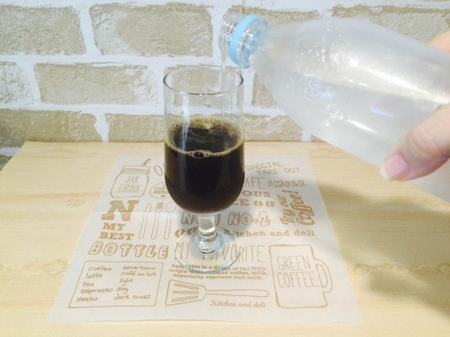 メロンソーダコーヒー_ソーダ水を入れる
